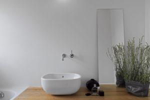 Чем отделать стены в ванной — отделка ванной