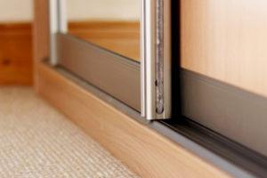 Раздвижные двери для шкафа купе, преимущества и недостатки, размеры